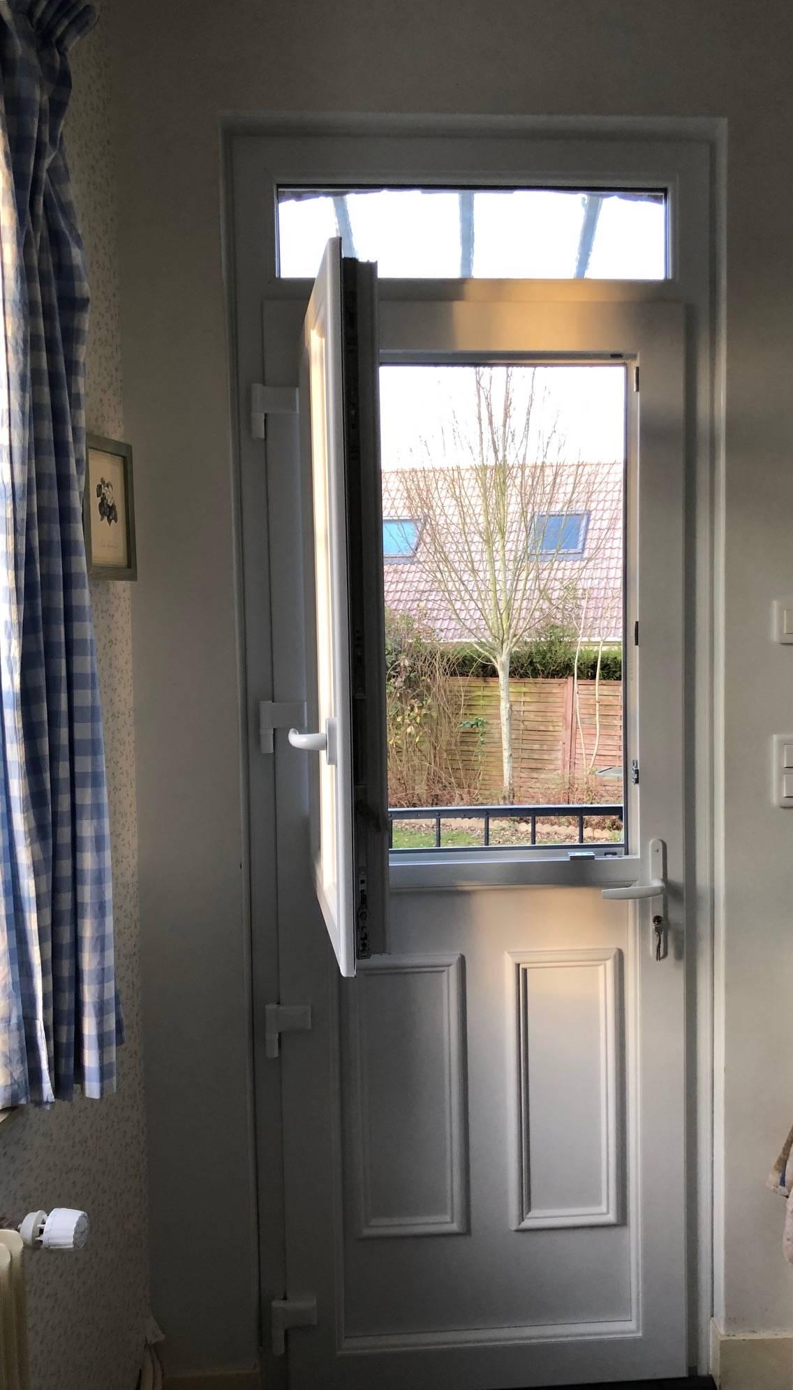 pose d 39 une porte d 39 entr e en pvc blanc du style fermi re. Black Bedroom Furniture Sets. Home Design Ideas